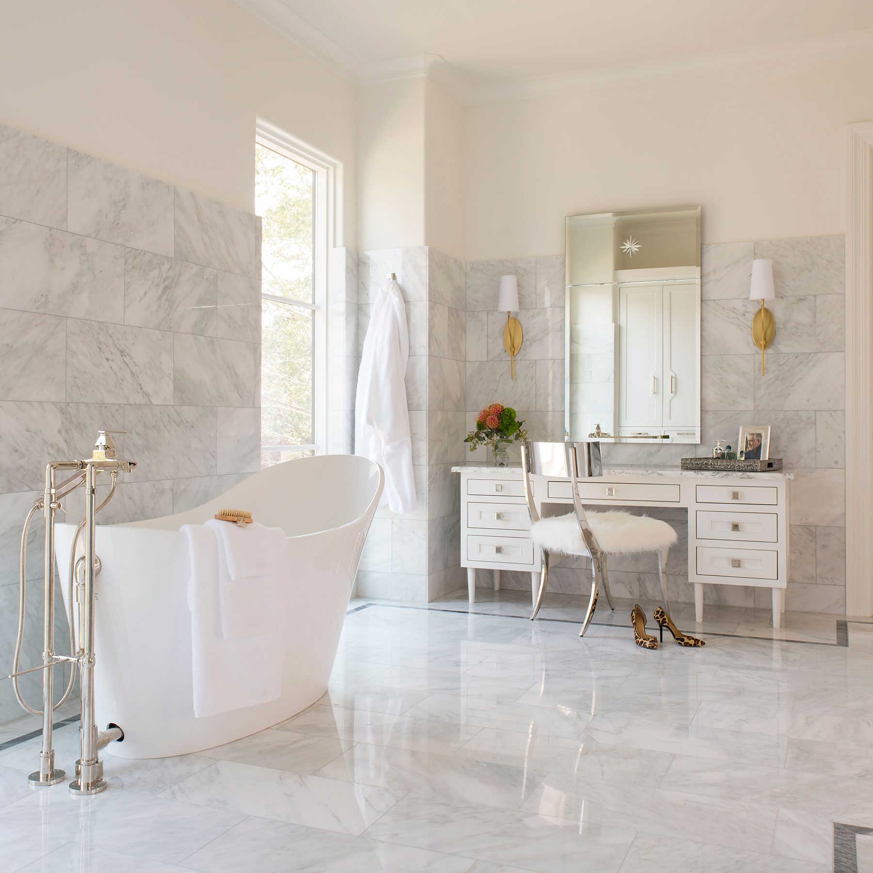 Her-masterbath-makeup-+-tub